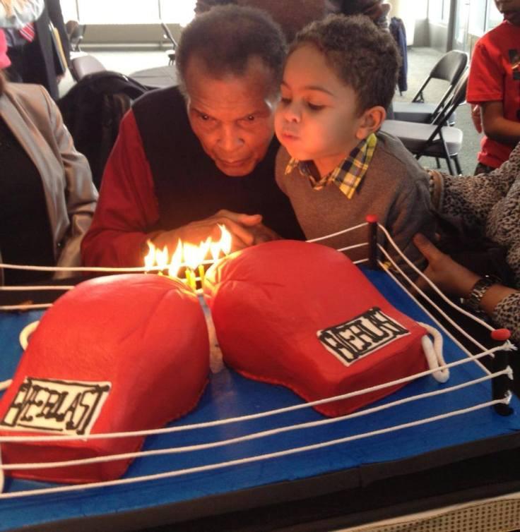 Gracias a todos los que desean el campeón un feliz cumpleaños. Aquí es cómo ali celebra con un poco de ayuda para soplar las velitas.