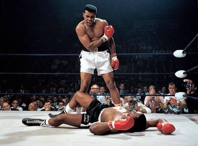 Sigues siendo el campeón del mundo- Muhammad Ali! Hoy en el 1965 sonny liston fue detenido en uno.